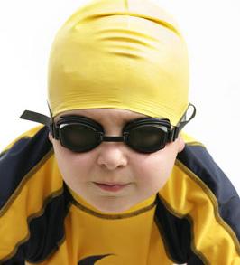 niño con gafas de nadar